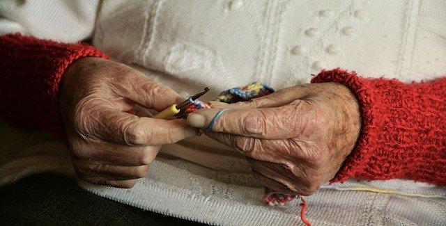 95-letnia pani Stefania robi na drutach skarpetki dla najbardziej potrzebujących. Ma już tylko jedno życzenie