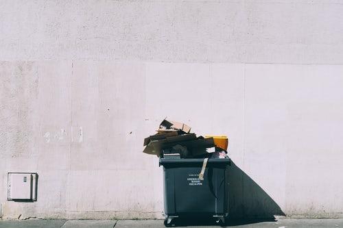 Kobieta wypłaciła 160 tysięcy złotych i wyrzuciła je do śmieci. Policja wydała w tej sprawie apel