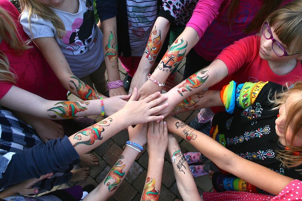 Bliźniaki zrobiły sobie zmywalne tatuaże. W nocy zaczęły zwijać się z bólu, zostały oszpecone na całe życie