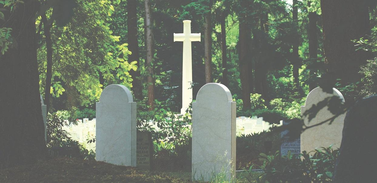 Pracownik cmentarza ciągle musi usuwać z grobu tabliczki z tajemniczym napisem. Ktoś ciągle je tam zostawia