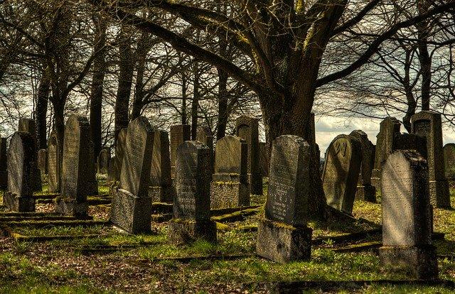 18-latek i 14-latka pili w parku alkohol. Później poszli na cmentarz, zrobili tam obrzydliwą rzecz, która nie mieści się w głowie
