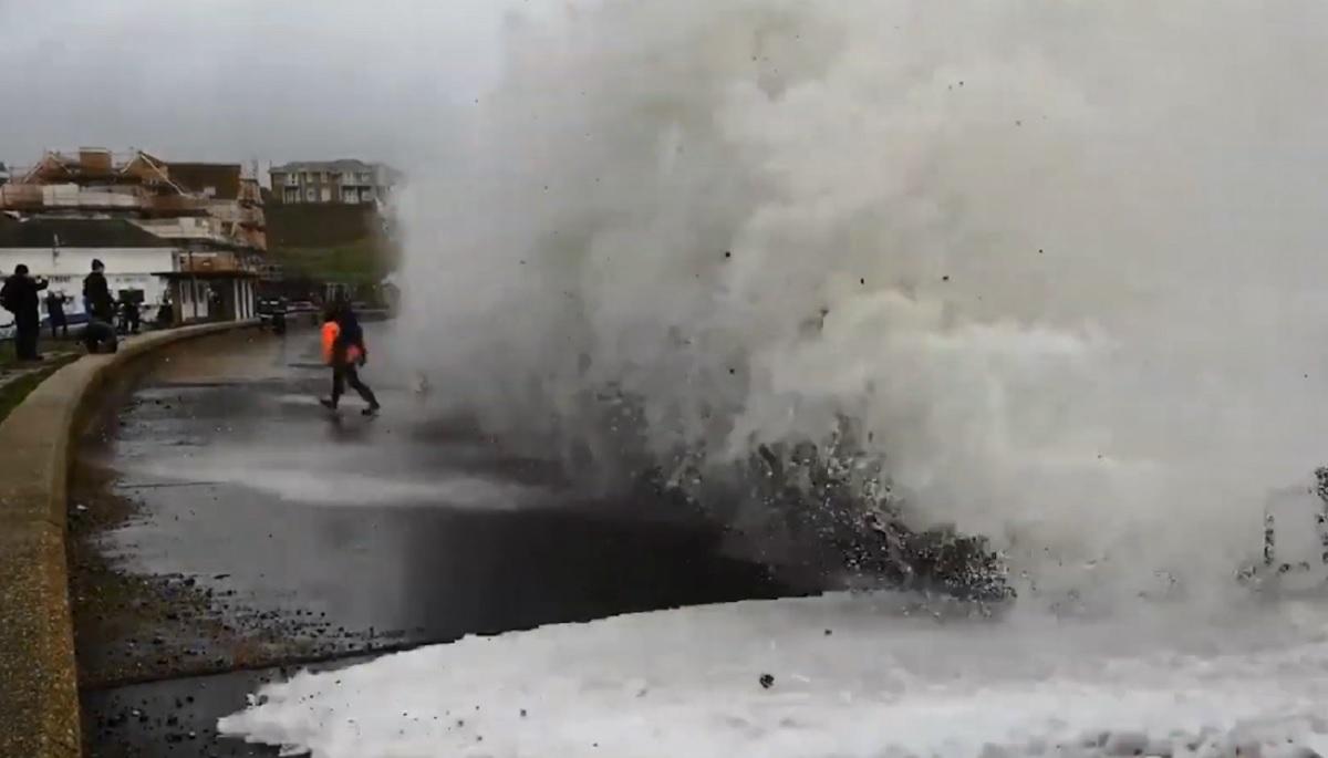 Wziął na ręce dziecko i podszedł do wody. Sekundę później już ich nie było, dramatyczna walka o życie