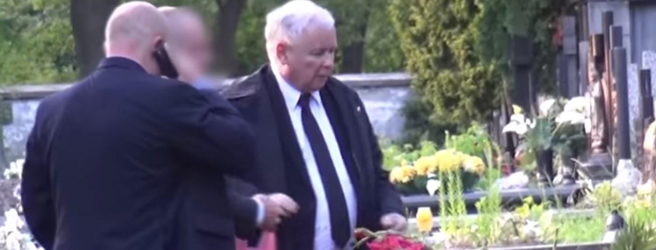 """Zrobili Kaczyńskiemu bardzo wymowną fotografię na cmentarzu. """"Cała Polska na jednym zdjęciu"""""""