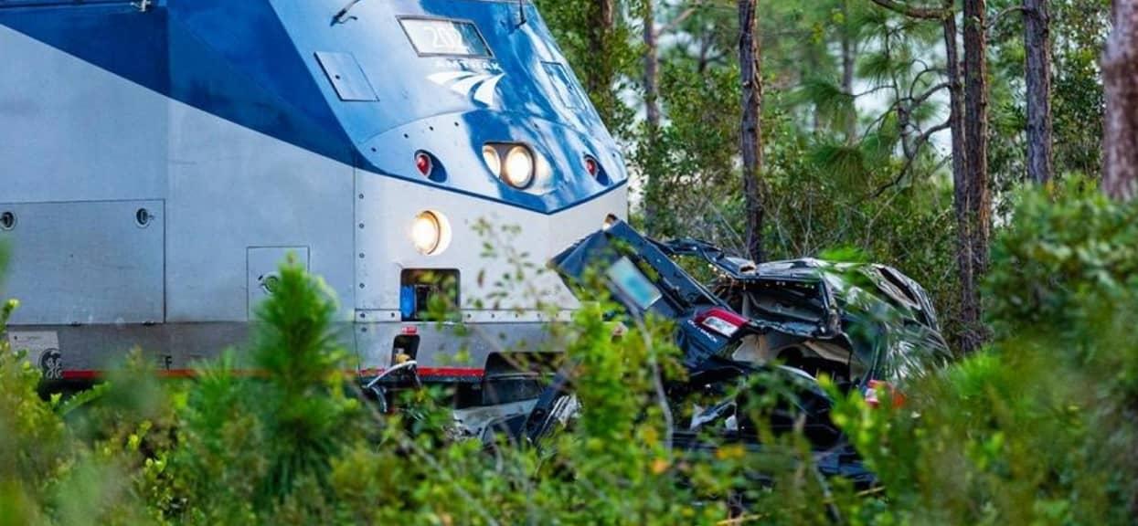 Samochód zmiażdżony przez pociąg na przejeździe. Na miejscu zginęły trzy osoby, druzgocące doniesienia z zagranicy