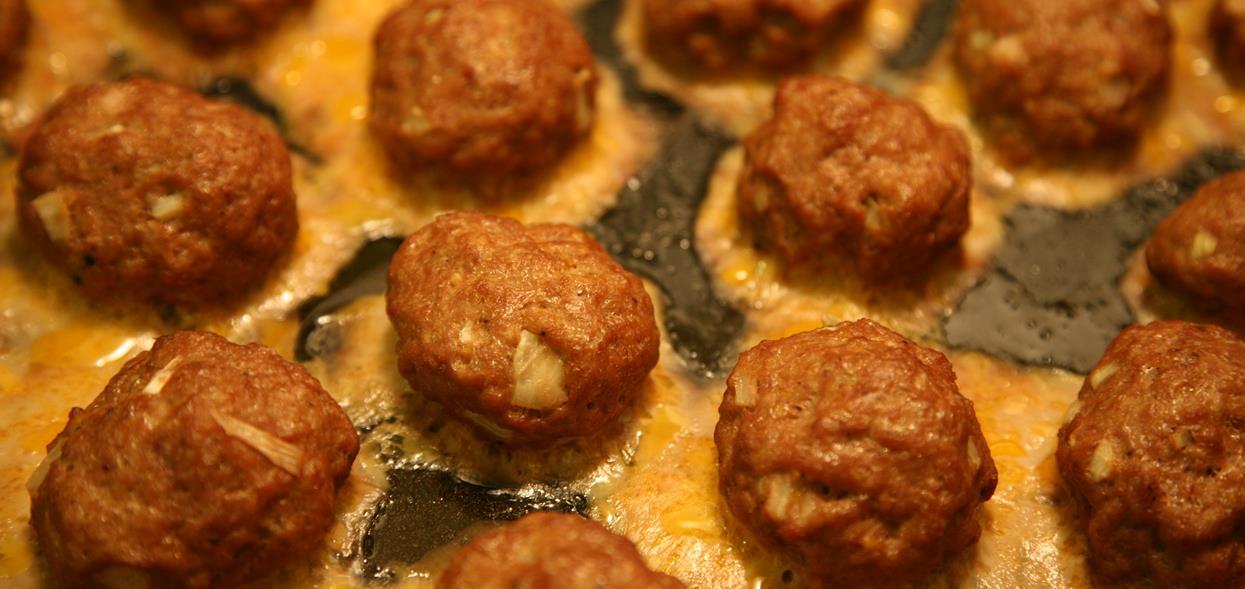 Sekretna receptura trafiła do sieci. Aksamitnie miękkie kotlety mielone w sosie własnym są obłędne dla kubków smakowych