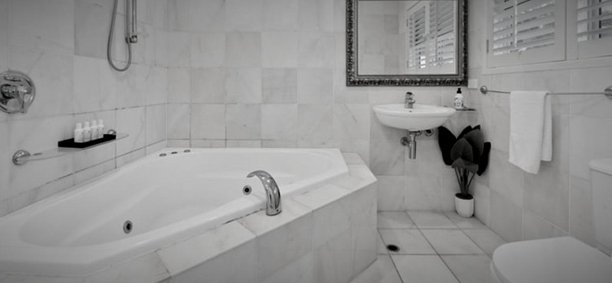Mężczyzna zameldował się w hotelu. W łazience za toaletą dokonał wstydliwego odkrycia, aż strach myśleć, co tam się działo wcześniej
