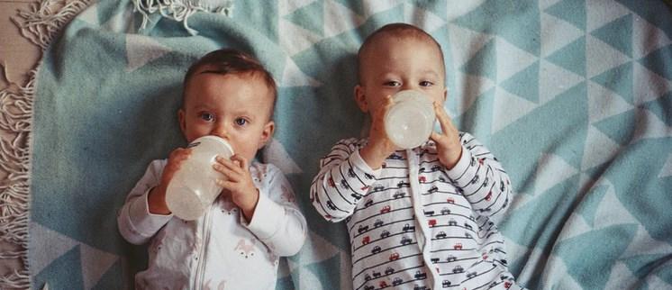 Mama wróciła z kuchni, spojrzała na córki bliźniaczki i nagle pobladła. Odkryła swoją ogromną pomyłkę