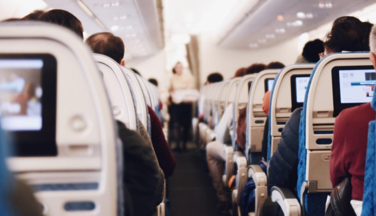 Mężczyzna usłyszał, co szeptali do siebie pasażerowie obok. Nie mógł czekać, natychmiast zawiadomił stewardessę