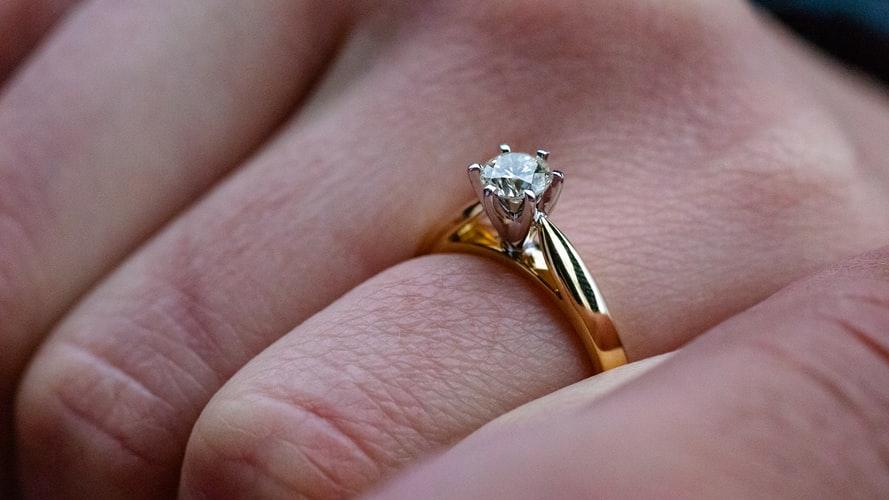Po latach oczekiwania mężczyzna w końcu się jej oświadczył. Chwilę później przypadkiem poznała cenę pierścionka, nie mogła uwierzyć własnym oczom