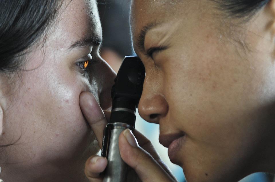 W oku kobiety zalęgły się prawie 1,5-centymetrowe robaki. Powód okazał się niespotykany, szczegóły dla osób o mocnych nerwach