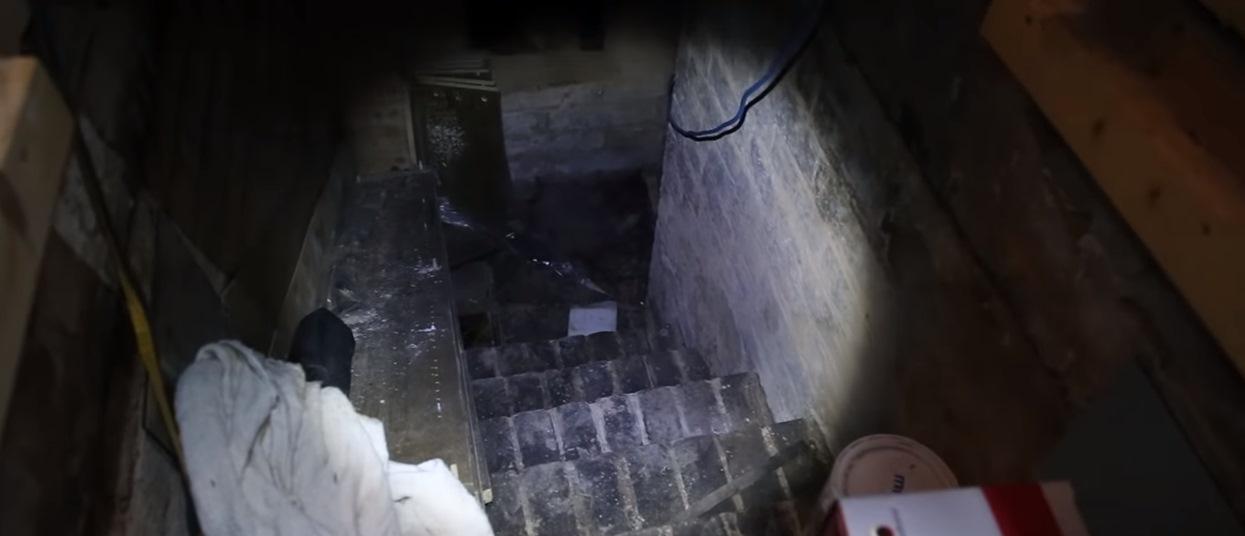 Odkrył tajemne drzwi w piwnicy. Jego ciało zaczęło drżeć na widok sceny jak z horroru, od razu złapał za kamerę