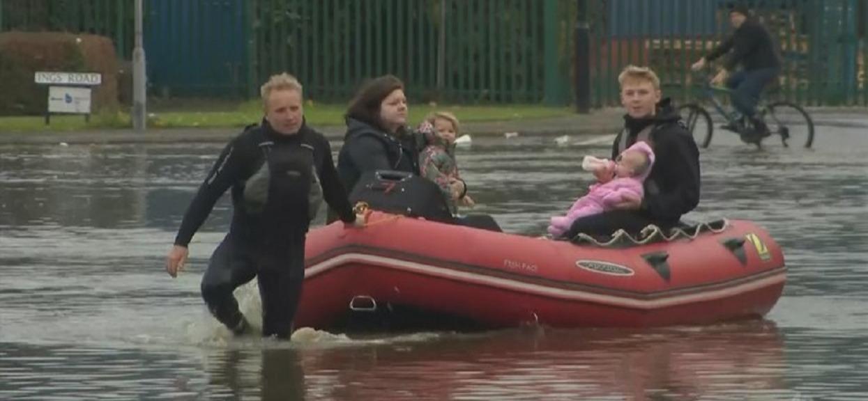 Gigantyczne ulewy wywołały wielką powódź. Wyłowiono ciało kobiety, ostrzeżenie dla Polaków w Wielkiej Brytanii