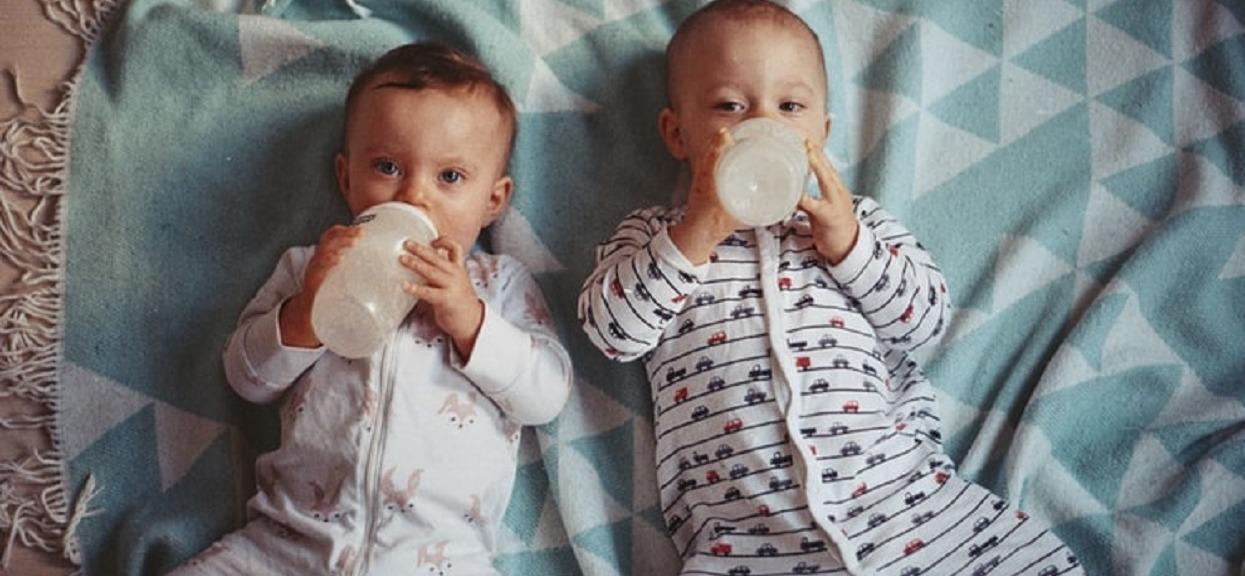 Karmisz małe dziecko mlekiem z proszku? Musisz wiedzieć, jaki wpływ ma na jego rozwój