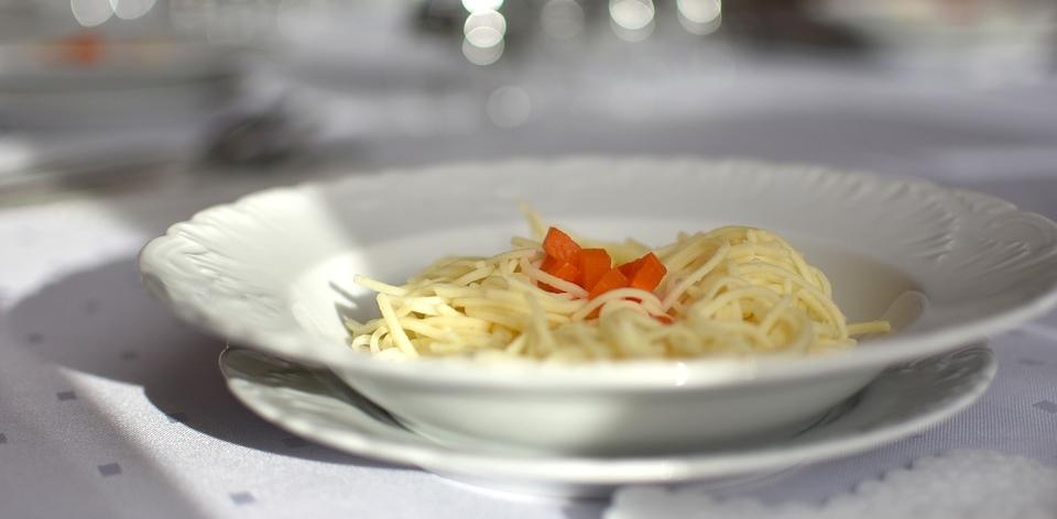 Przepis na idealny rosół jak u babci sprawi, że domownicy na nowo pokochają tę zupę. Sekretne składniki dodają mu wyjątkowego smaku