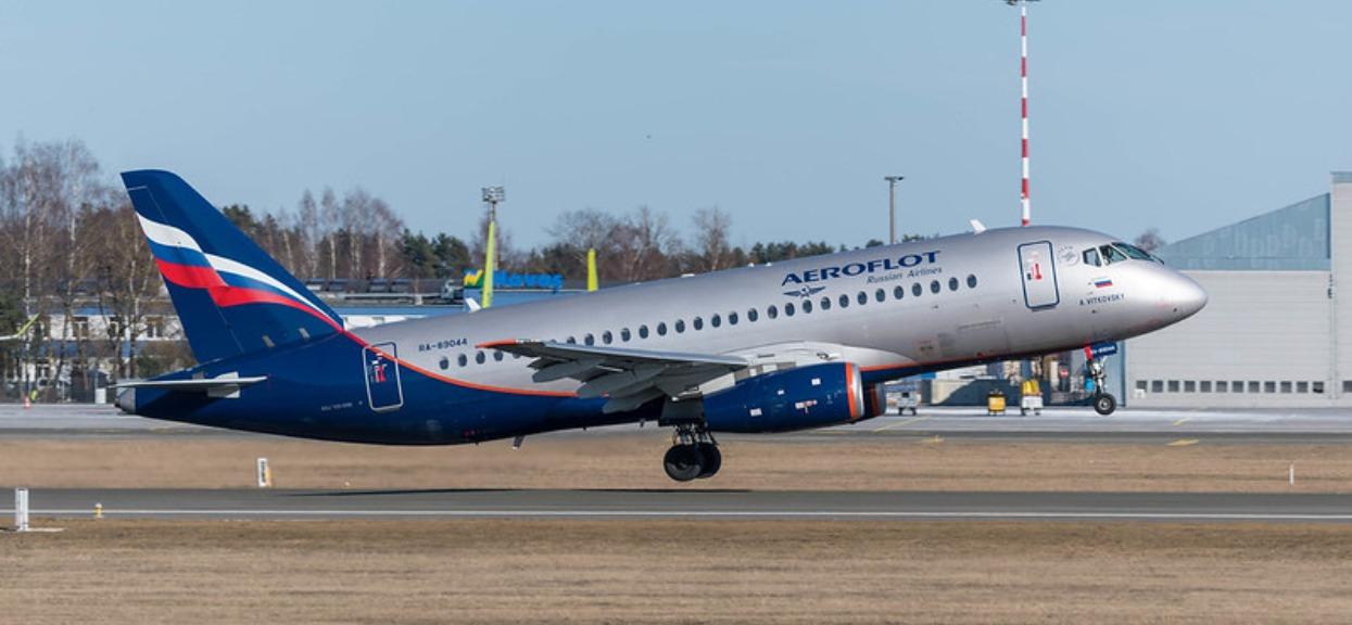 Nagle z kabiny pilota wybiegła stewardessa i zaczęła wołać o pomoc do pasażerów. Pilot dostał zawału podczas lotu
