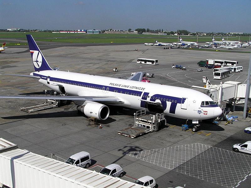 Poważna awaria samolotu linii LOT do Warszawy. Ponad 200 pasażerów utknęło za granicą