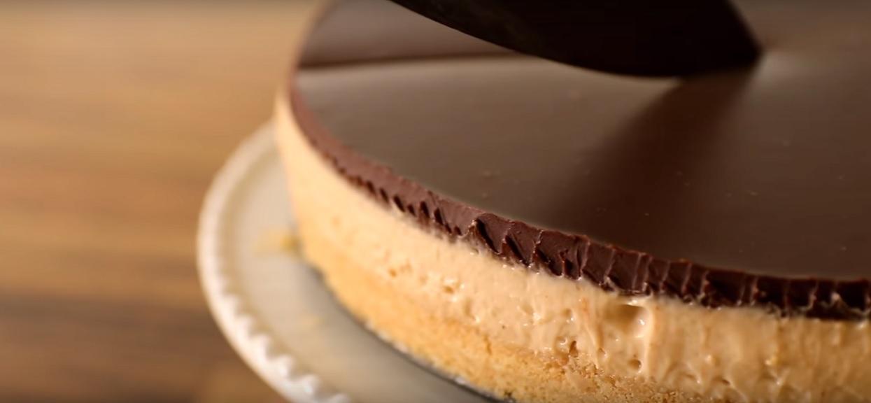 Bajecznie prosty przepis na idealny sernik bez pieczenia. Zachwyca orzechowym smakiem, doskonale sprawdzi się na świąteczny stół