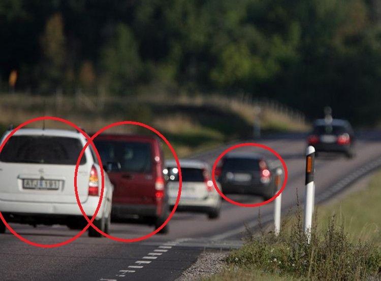 Jechała autostradą, nagle osaczyły ją inne auta. Po chwili dotarło do niej, co się dzieje i kazała synowi dzwonić po policję