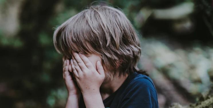 Nauczyciel wyrzucił śniadanie jej synka ze wstrząsającego powodu. Wrócił zagłodzony i we łzach