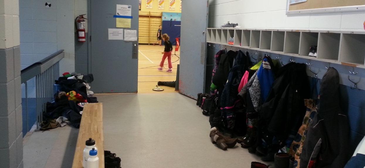 """Absurd w szkole, dziewczynki mają się przebierać na wf przy otwartych drzwiach. Chodzi """"o ich bezpieczeństwo"""""""