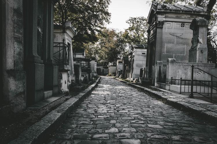 20 lat po śmierci taty poszli na cmentarz i nie mogli uwierzyć własnym oczom, natychmiast sięgnęli po telefon. Przerażające odkrycie