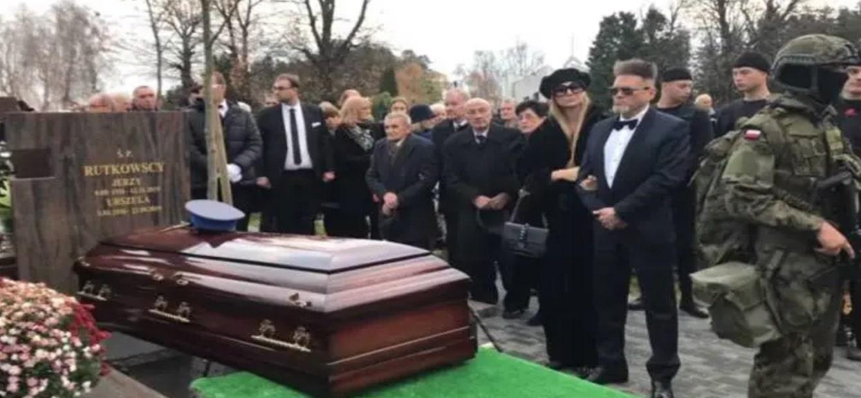 Wiadomo, jakie słowa Krzysztof Rutkowski wypowiedział nad grobem ojca. Internauci są zniesmaczeni, kierują ataki pod adresem pogrążonej w żałobie rodziny