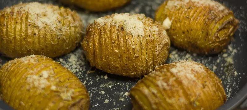 """Ziemniaki w wydaniu """"hasselback"""" podbiły serca milionów i nie bez powodu. Szybki i prosty przepis na niebo w gębie"""
