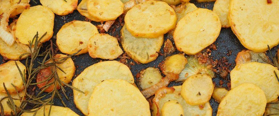 Genialnie prosty przepis na pyszne pieczone ziemniaki, takich jeszcze nigdy nie jadłeś. Sekretem jest popularna przyprawa, wszystko zmienia
