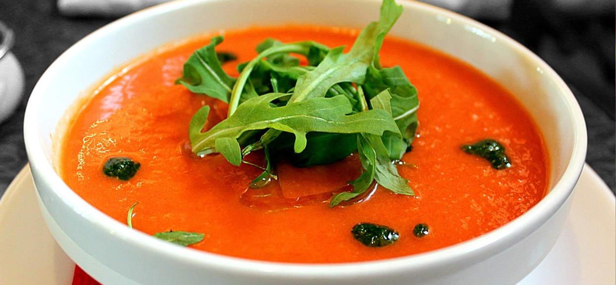 Zagraniczni kucharze mają niezwykły patent na zupę pomidorową. Wystarczy odrobina popularnej przyprawy, a danie zyska zupełnie nowy wymiar