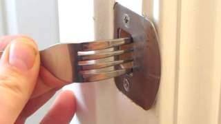 Bajecznie prosta sztuczka na zamknięcie drzwi widelcem. Już nigdy nikt nieproszony nie wejdzie