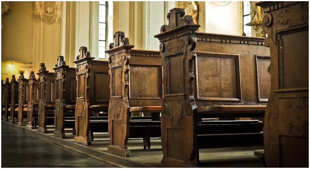 Angelika miała romans z księdzem, odbywali stosunki na plebanii. Jej zwłoki znaleziono w kościele, widok był wstrząsający