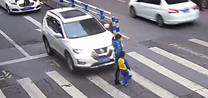 Samochód przejechał mamę na oczach małego dziecka. Reakcja jej synka uchwycona na wideo porusza najtwardsze serca