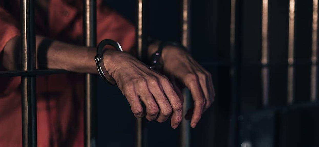 Piękna strażniczka więzienna odbywała stosunki z niebezpiecznym osadzonym. W jej telefonie znaleźli porażające materiały