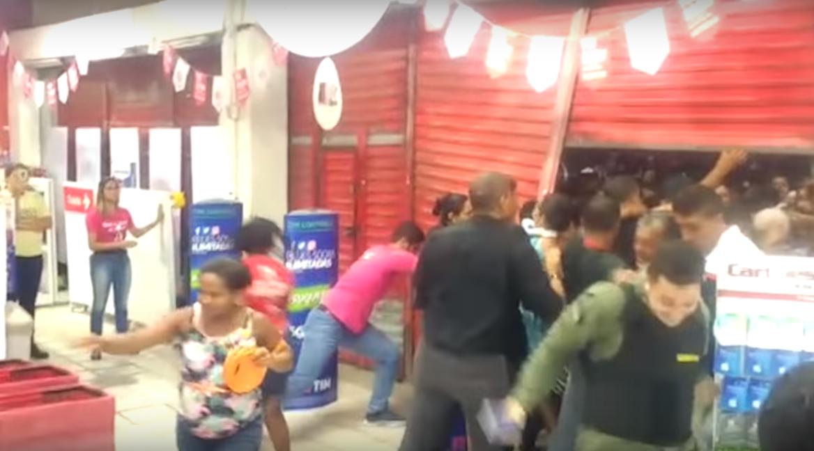 Najbardziej przerażające nagranie z hipermarketu w historii. Ludzie pobili się o produkty