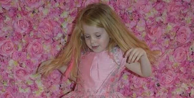 5-latka obudziła się z tajemniczą chorobą. Kilka godzin później umierała w ramionach mamy, niewyobrażalna tragedia