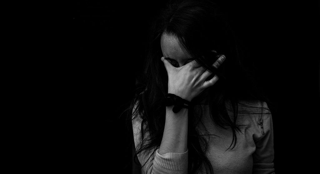 Była przekonana, że jej dziecko nie żyje. Po 30 latach dostała wiadomość, poznała okrutną prawdę i zalała się łzami