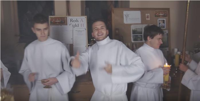 """Ministranci przerobili wielki hit disco polo """"Ona by tak chciała"""". Wideo podbija internet, nie da się go odzobaczyć"""