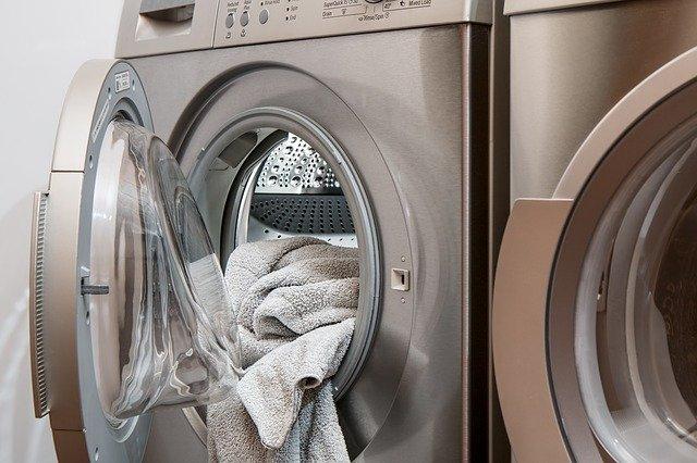 Wrzuciła popularny środek do pralki razem z pożółkłymi firankami. Efekt jak z reklamy, nigdy nie były tak białe