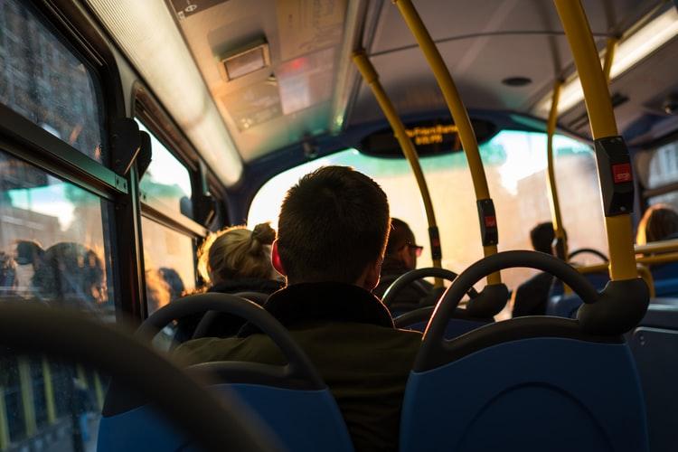 Przyczepił się do niej w autobusie ZTM, kilkanaście osób widziało, jak próbował ją zgwałcić. Ale reakcja gapiów jest wstrząsem