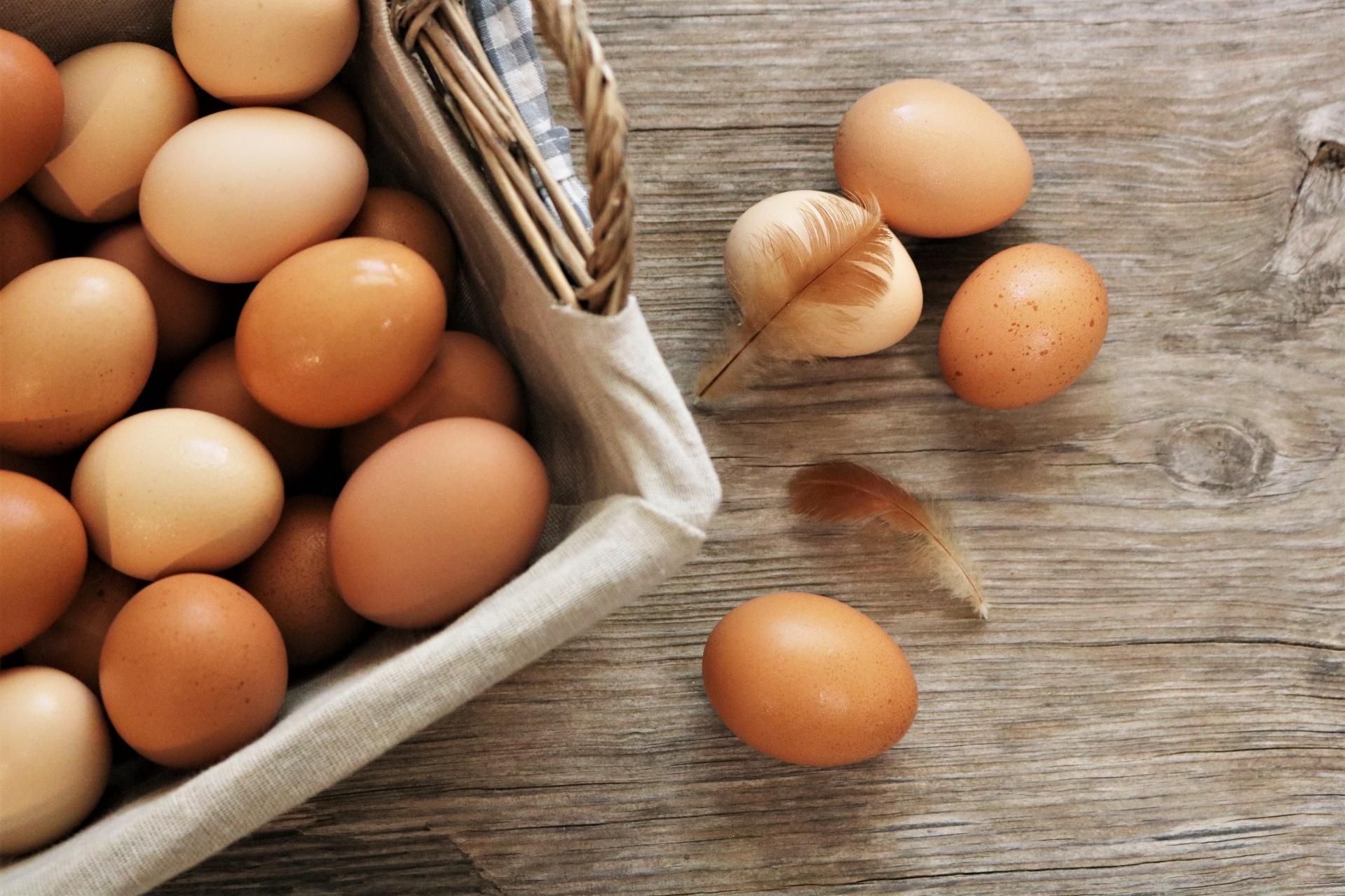 Przechowujesz jajka w drzwiach lodówki? Natychmiast je wyjmij, popełniasz karygodny błąd