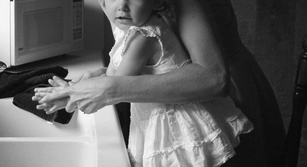 Na chwilę zostawiła 2-letnią córkę samą w kuchni. Gdy po chwili wróciła i spojrzała na jej buzię, natychmiast zabrała ją do szpitala