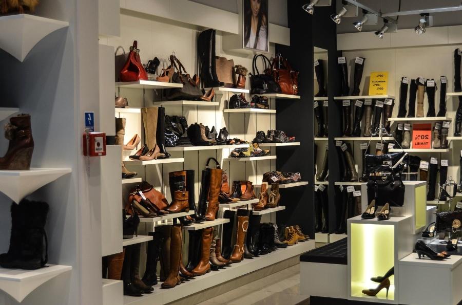 Kobieta poszła kupić nowe buty. Zachowanie ekspedienta przerosło jej najśmielsze oczekiwania, na boso uciekała ze sklepu