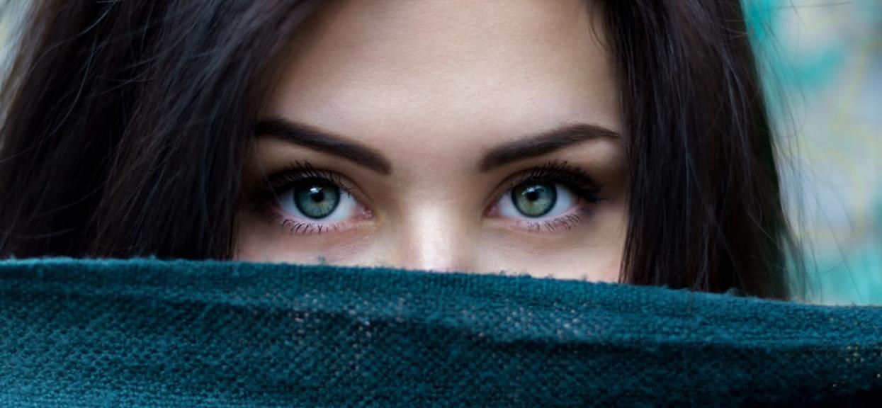 Poszła do taniej kosmetyczki zrobić rzęsy. Po kilku dniach spojrzała na siebie w lustrze i zaczęła płakać