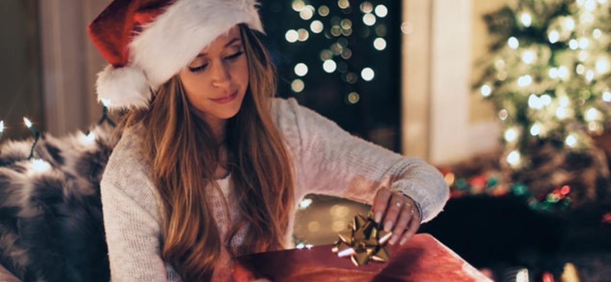 Koszmar powraca w każde święta. 5 najgorszych prezentów, jakie mężczyźni wręczają kobietom