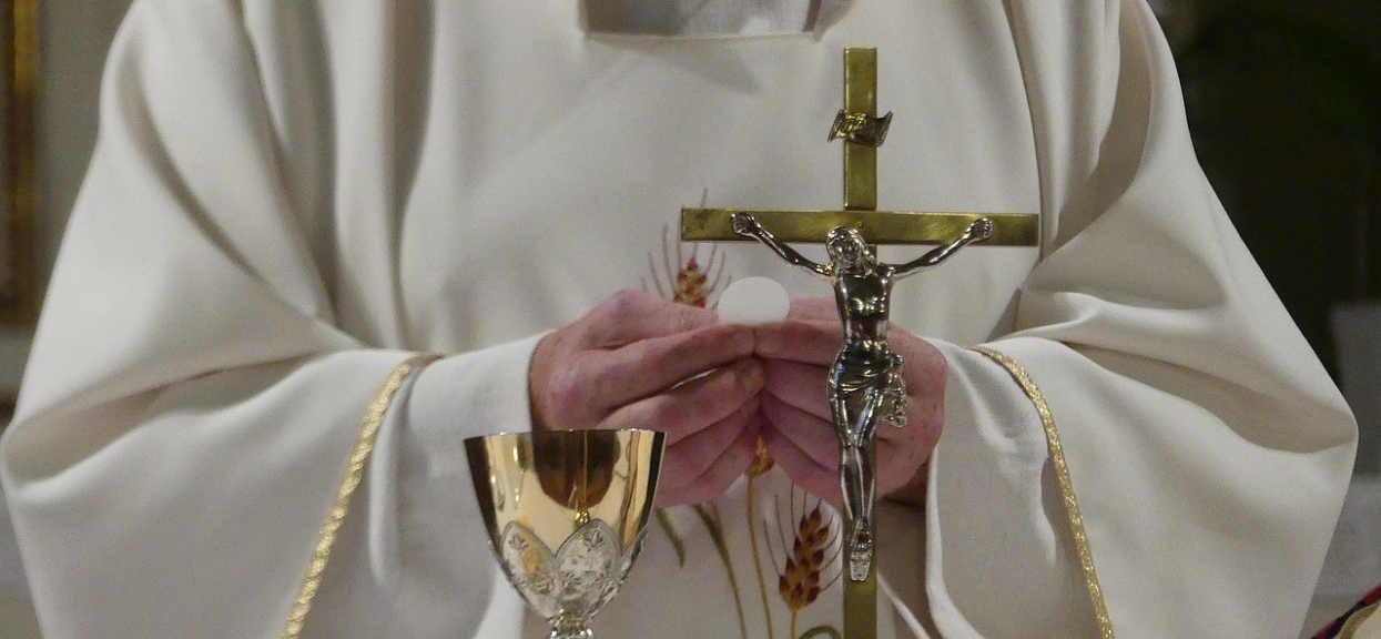 Prawdziwy kościelny cennik w końcu ujawniony. Księża podali konkrety
