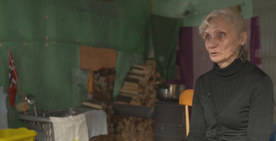 Od 8 lat mieszka z chorym synem w stodole. Za toaletę służy wiaderko, a po wodę muszą iść 4 km, porażające szczegóły
