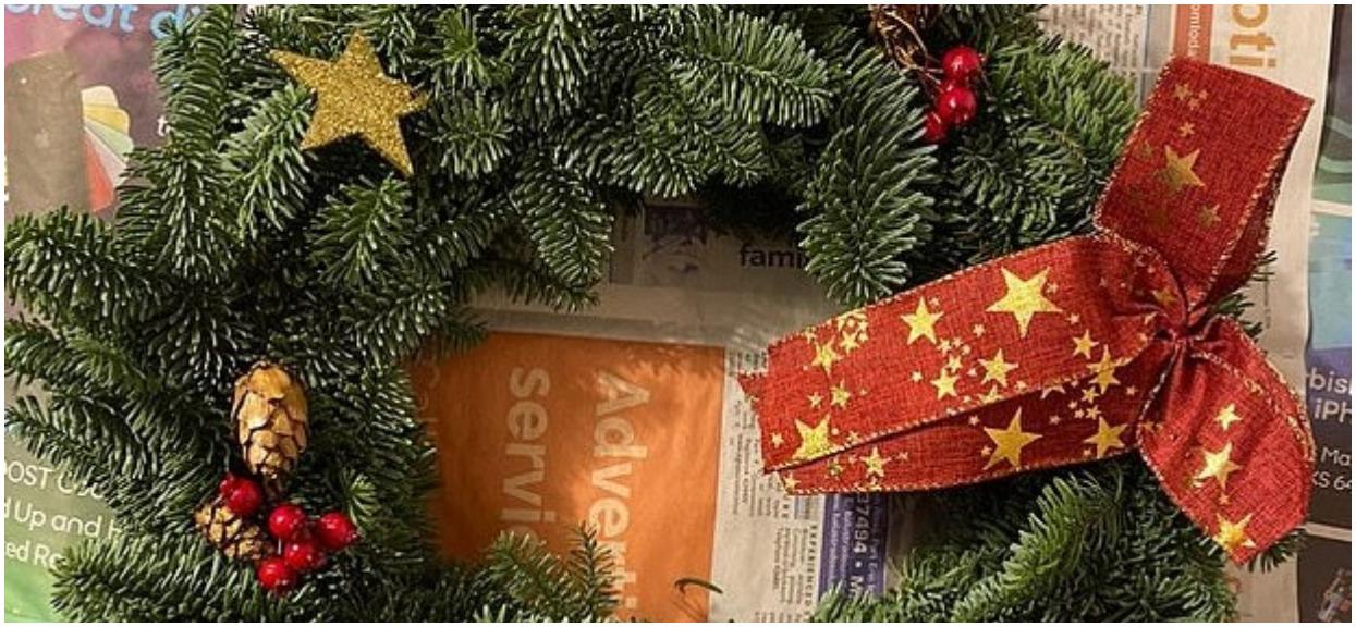 Kupił świąteczną dekorację. Gdy w domu zaczęło paskudnie śmierdzieć, zajrzał do środka i nogi się pod nim ugięły, straszny widok