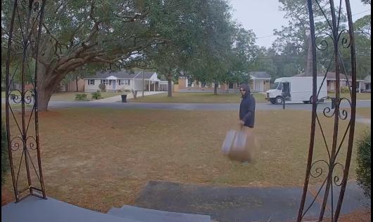 Kurier rzucił paczkę pod drzwi i gorzko tego pożałował. Nie wiedział co jest w środku, ale najgorsze stało się dopiero potem