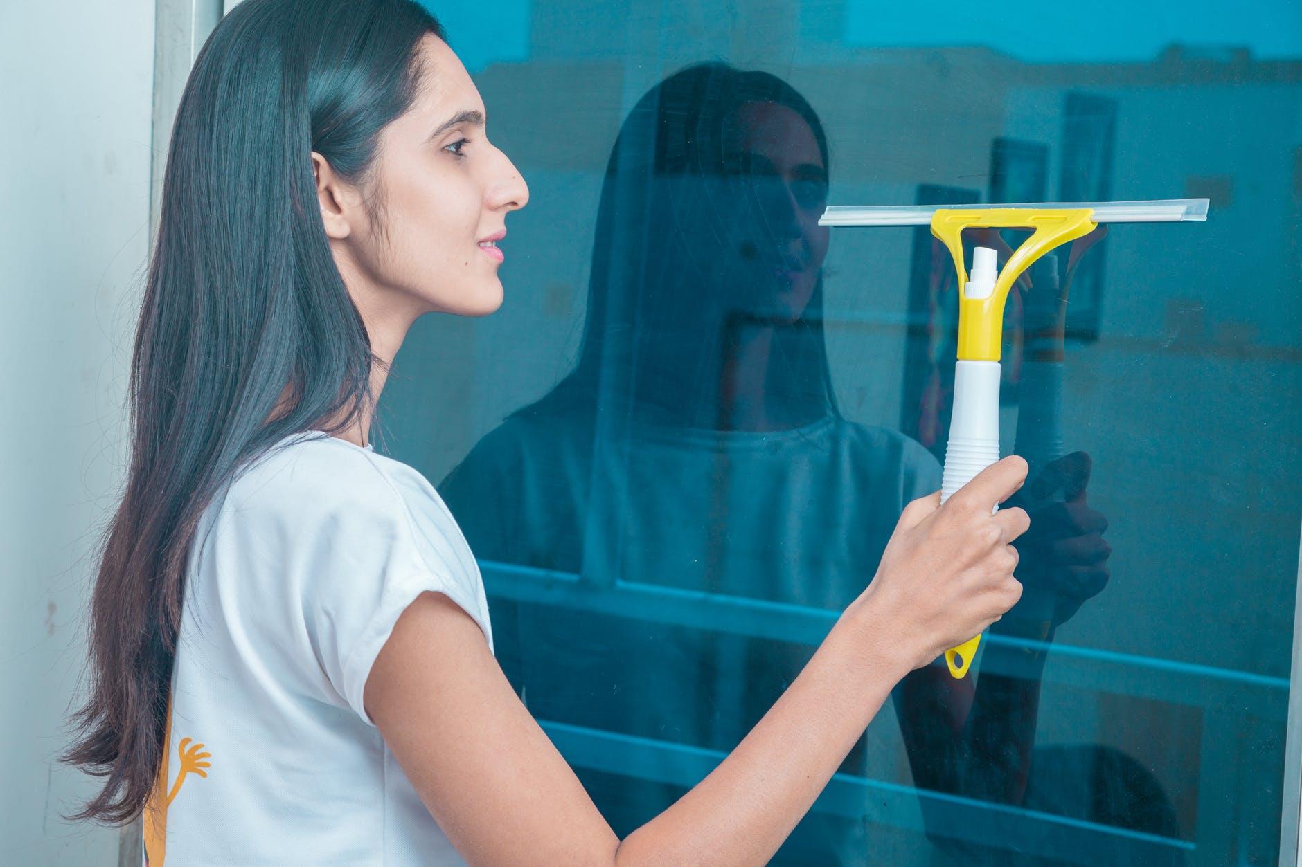 Podczas mycia okien wielu popełnia fatalny błąd. Wystarczy go unikać, a smugi nie będą ci straszne