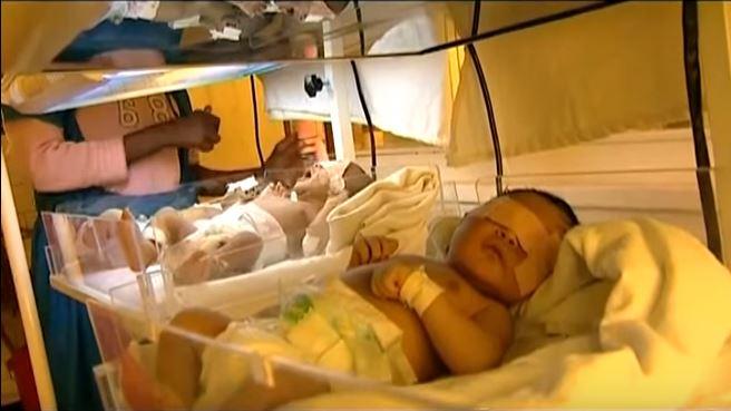 Lekarka zakleja oczy noworodkom po porodzie. Trik jest genialny